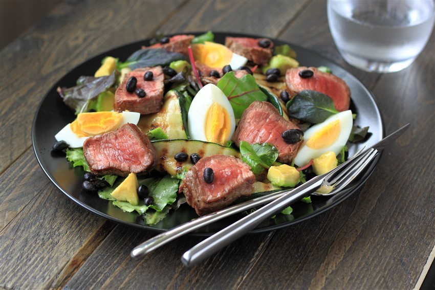 salade met zwarte bonen, kogelbiefstuk en gegrilde courgette
