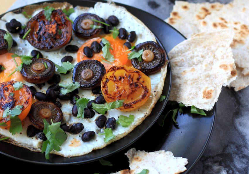 ei met zwarte bonen, champignons en hüttenkäse