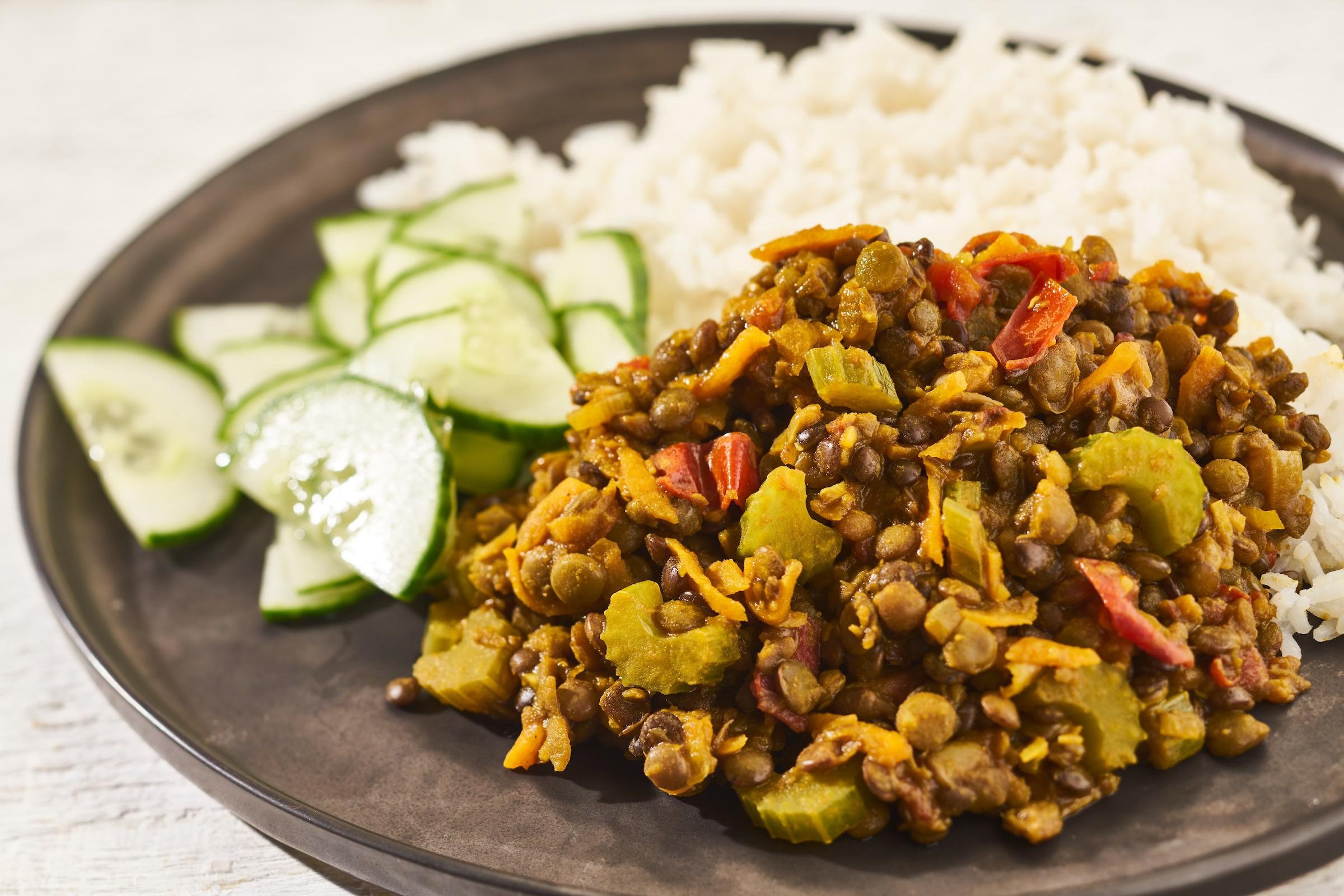 Dal met rijst en komkommersalade