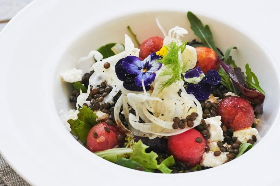 BBQ salade van zomergroenten en beluga linzen - Peulvruchten.nl