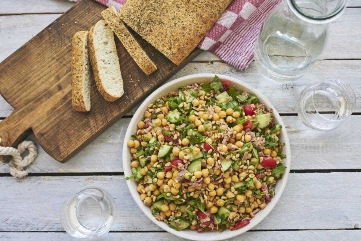 Salade met kikkererwten en tonijn