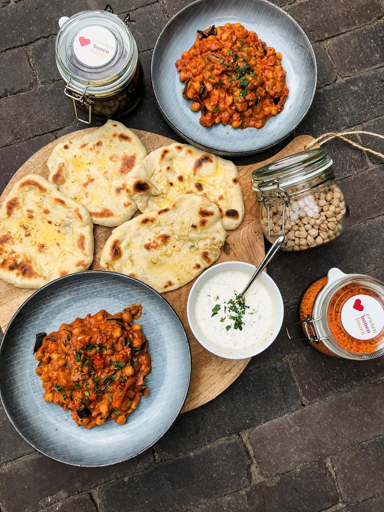 Curry van gegrilde aubergine en kikkererwten met naan-