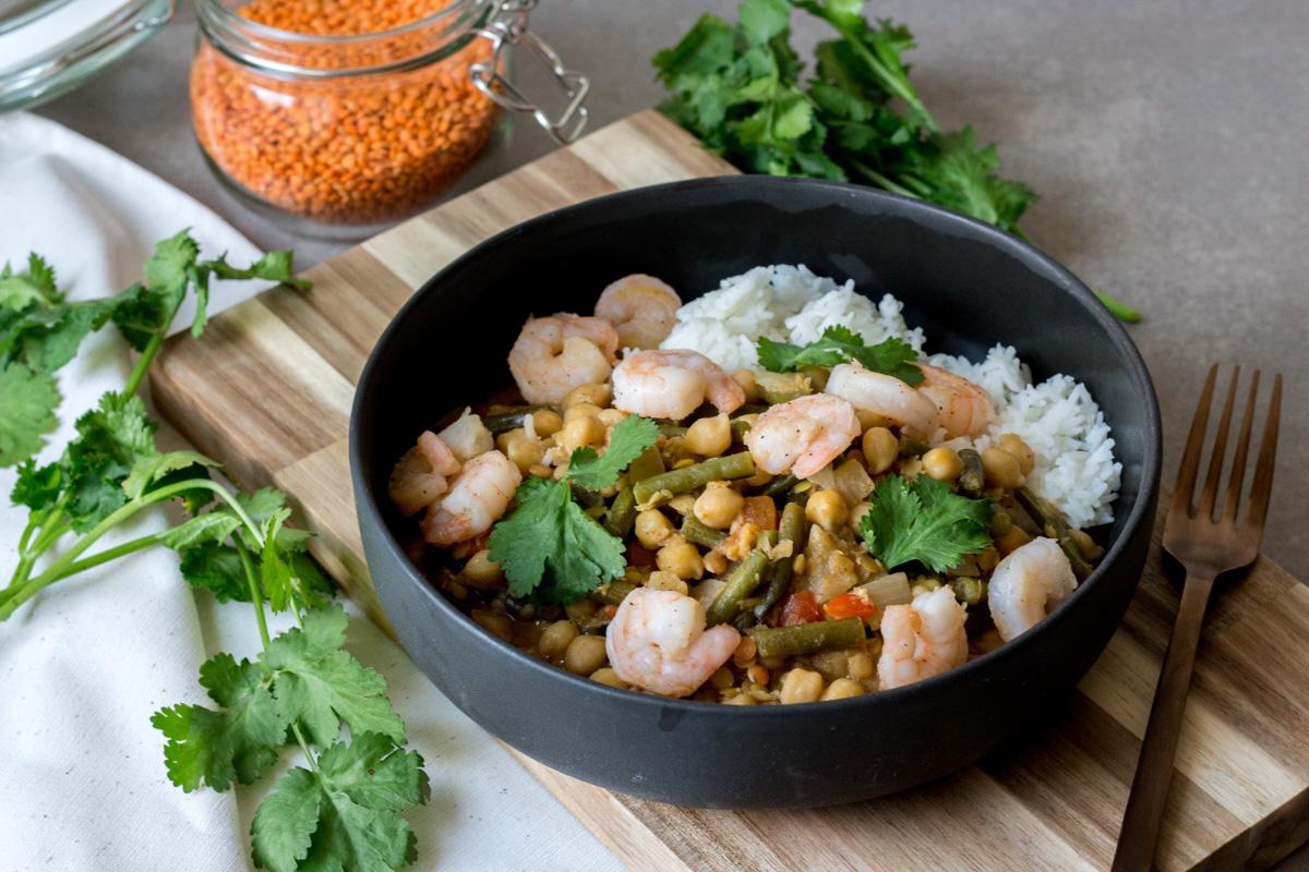 Kikkererwten curry met linzen, sperziebonen en scampi's