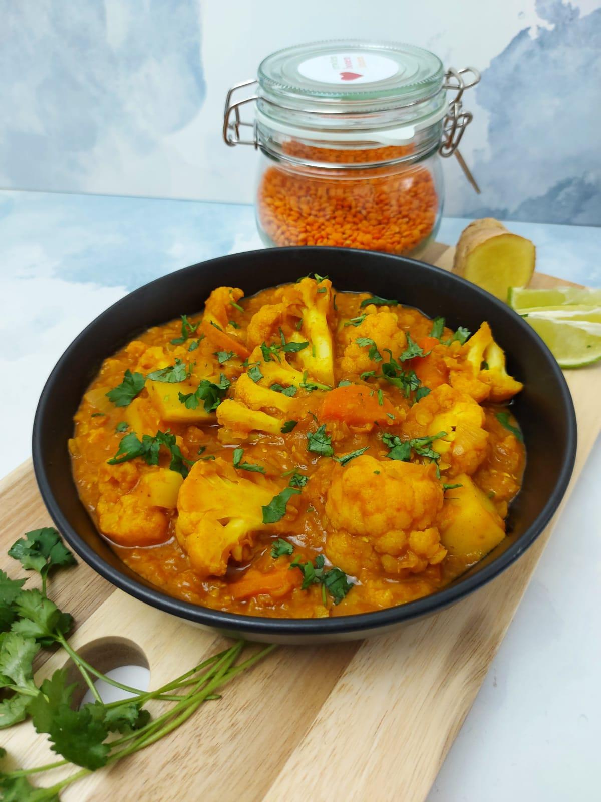 Linzen curry met bloemkool en tomaat