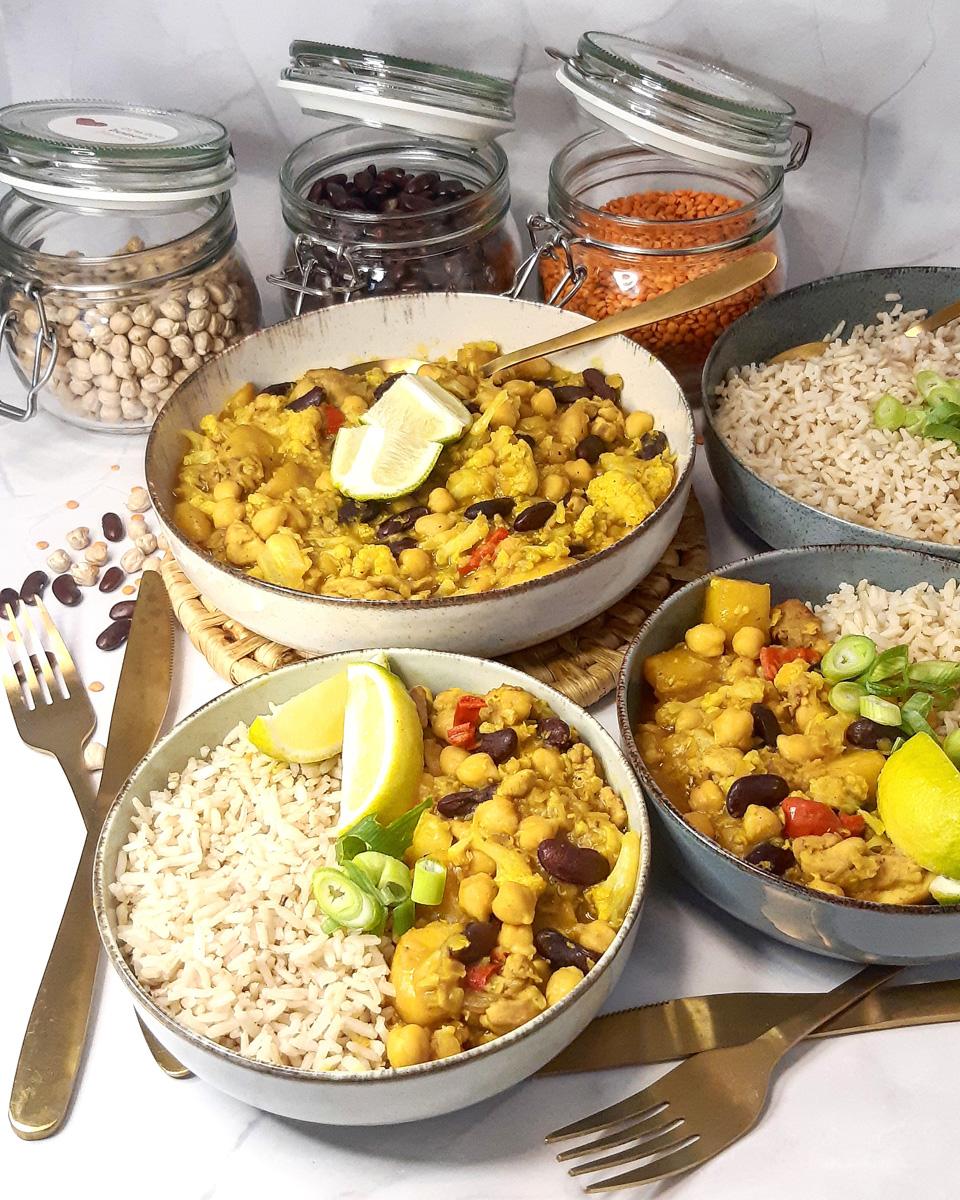 Pittige gele curry met kippendij, bloemkool, mango en gedroogde peulvruchten