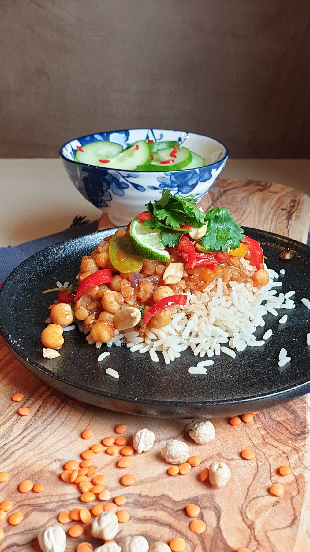 Thaise penang rode curry met linzen en kikkererwten
