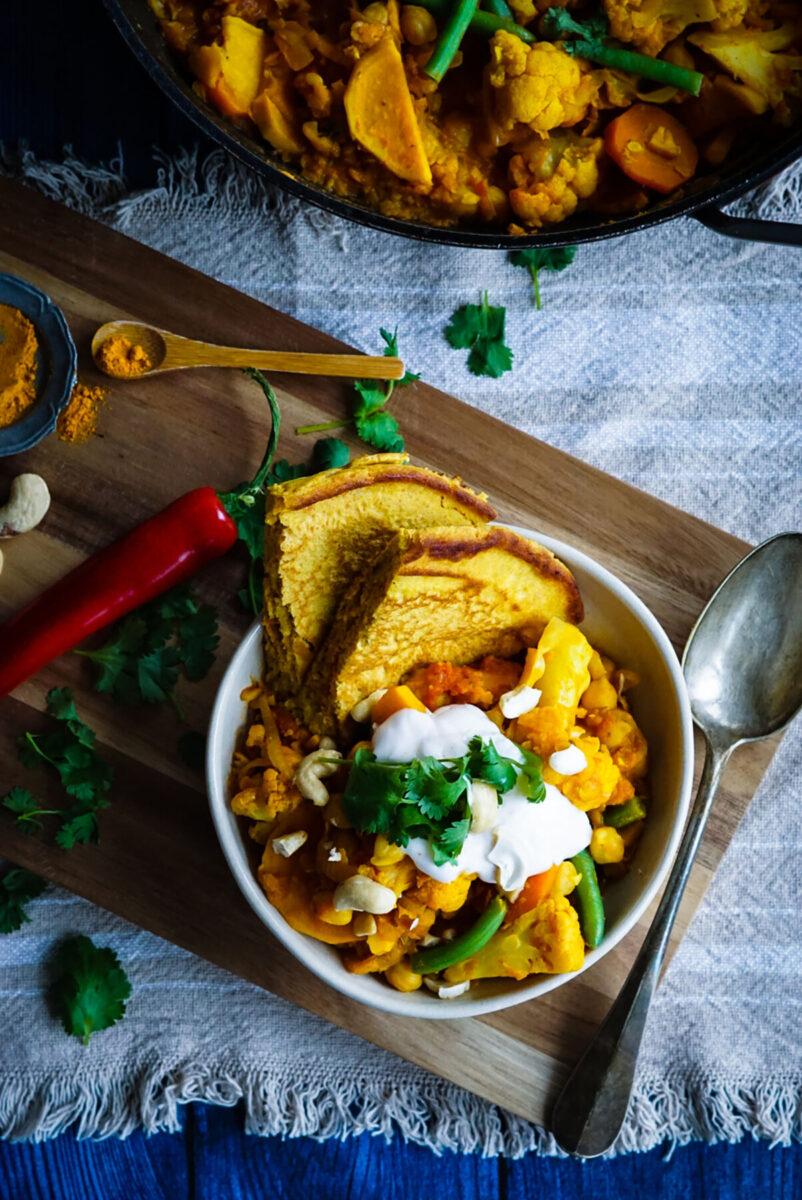 vegan curry met kokosyoghurtsaus en kikkererwten naanbrood